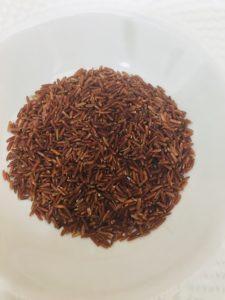 Riso rosso integrale in dadolata di melanzane e ciuffi di spinaci