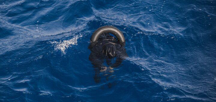 La mattanza di corpi galleggia in mare 130 esseri umani annegati