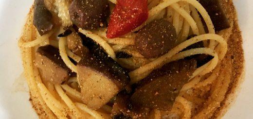 Spaghetti croccanti con olive e melanzane striate